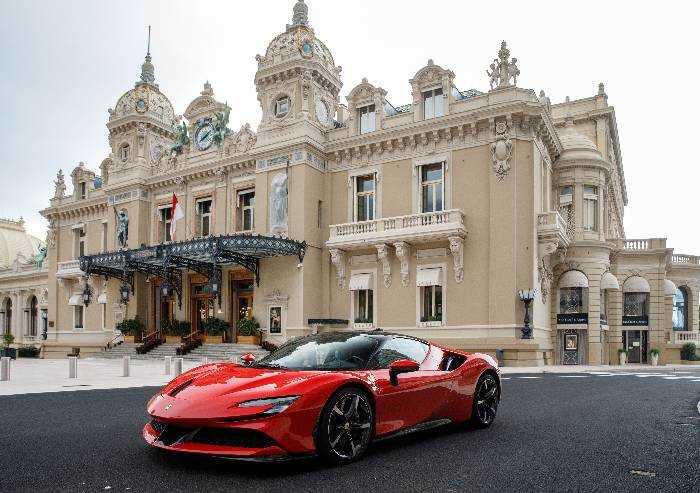 Cortometraggio, la Ferrari SF90 sfreccia tra le vie del Principato