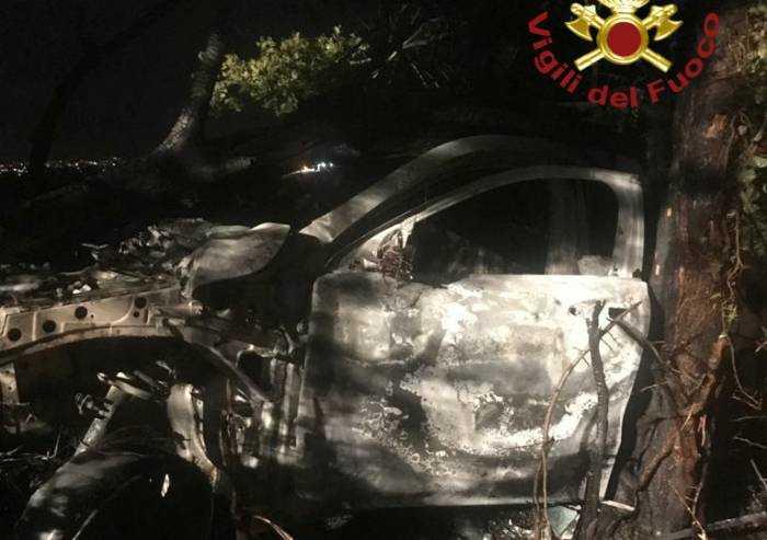 Auto esce di strada e prende fuoco: illeso il conducente