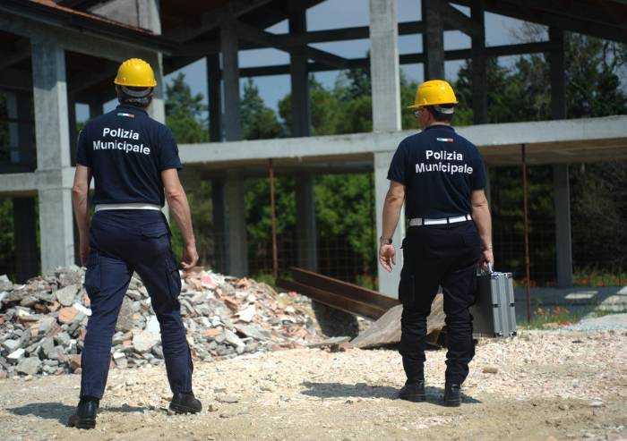 Edilizia, abusi e regole cantieri: manuale firmato da agente di Modena