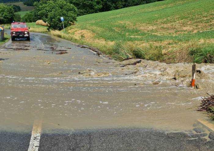 Prignano, esonda canale: strada Provinciale invasa dall'acqua