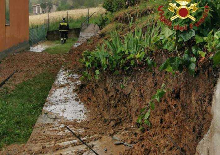 Serramazzoni: troppa pioggia, cede terrapieno, gruppo di case raggiungibile solo a piedi