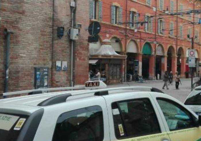 Lite per un corsa: taxista carpigiano aggredisce collega: denunciato