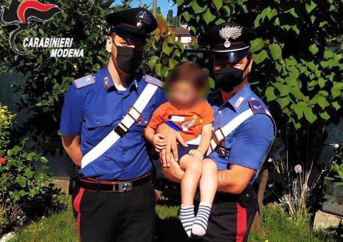 A tre anni esce di casa nella notte, bimbo salvato dai Carabinieri