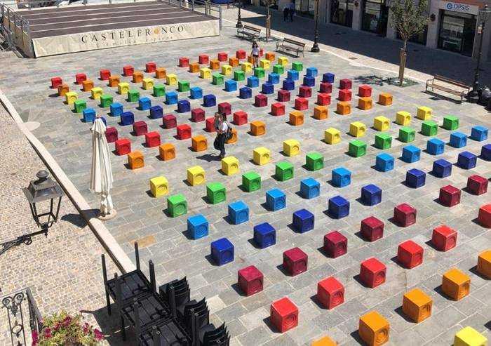 Castelfranco, il sindaco regala il suo arcobaleno. E la piazza splende