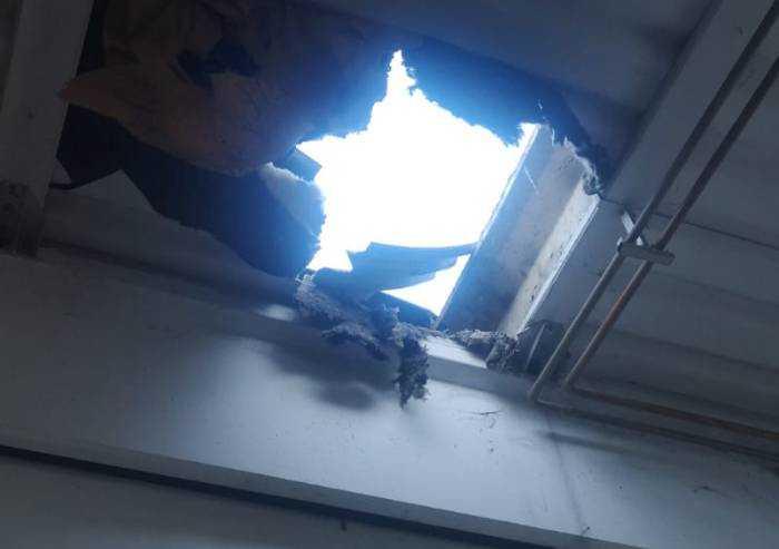 Carpi, cede soffitto durante un controllo: 26enne precipita al suolo
