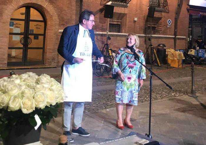 Modena, cena in piazza per ringraziare i medici