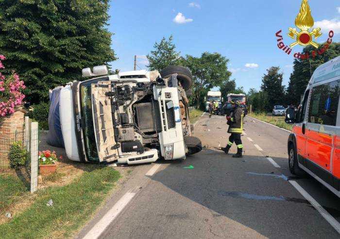 Scontro con un'auto: camion si ribalta, conducenti feriti
