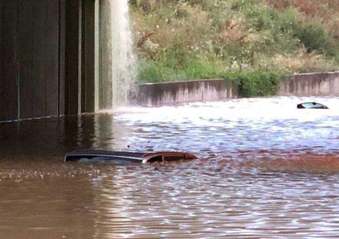 Nubifragio, vigili del fuoco salvano due persone dall'auto sommersa