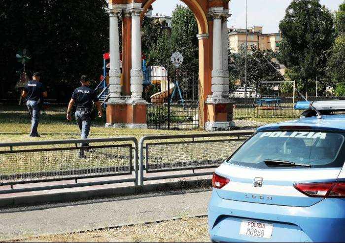 Blitz polizia in viale Gramsci a Modena: droga nascosta nella siepe