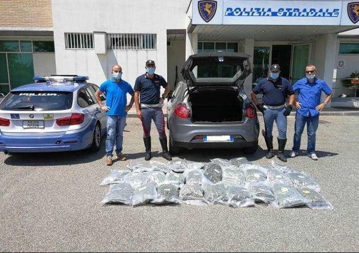 Viaggiava in autostrada con 30 sacchi di marijuana: arrestato 45enne