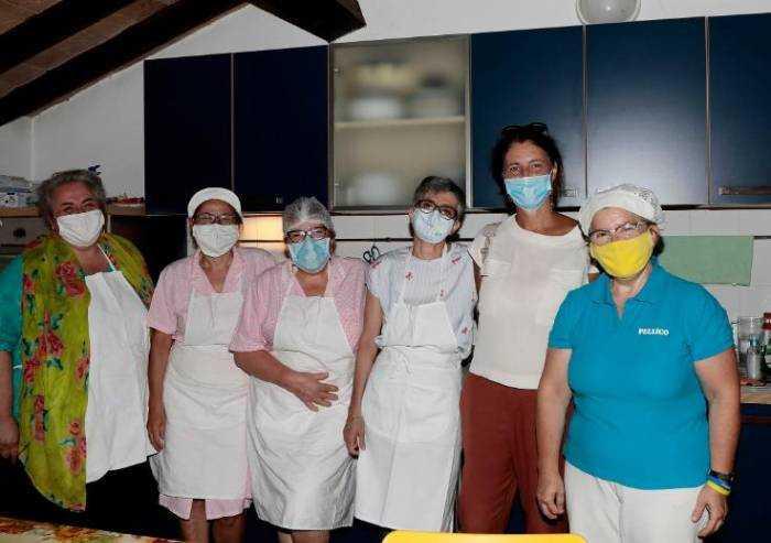 Modena, cuoche dei nidi comunali cucinano per i senza tetto
