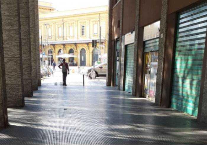 Muffa sui cibi e insetti morti nei frigo: chiuso negozio in via Crispi