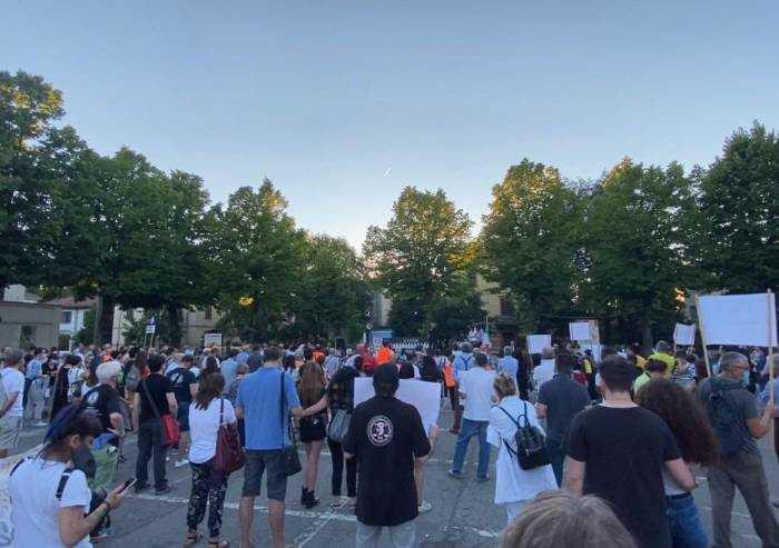 Bibbiano, in centinaia in piazza per non dimenticare Angeli & Demoni