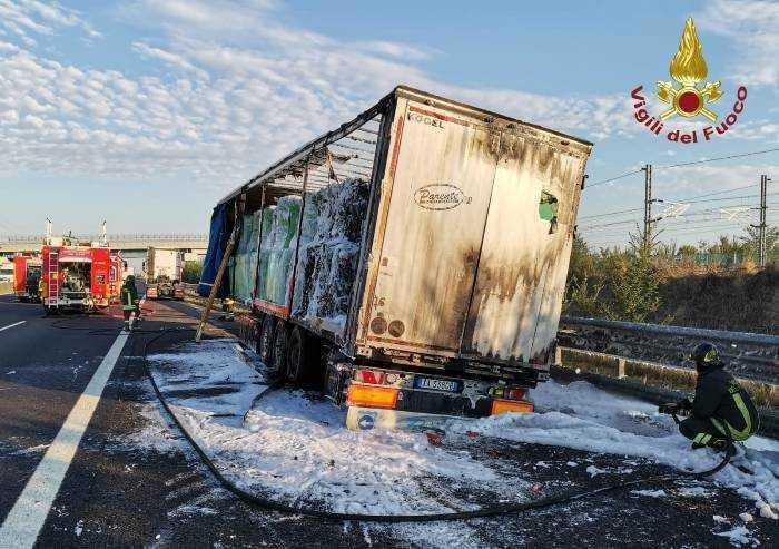 Camion prende fuoco in A1, nessun ferito ma tanti disagi