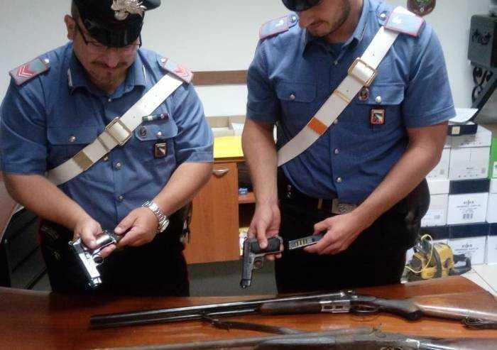 Intervengono per lite in famiglia, Carabinieri trovano arsenale