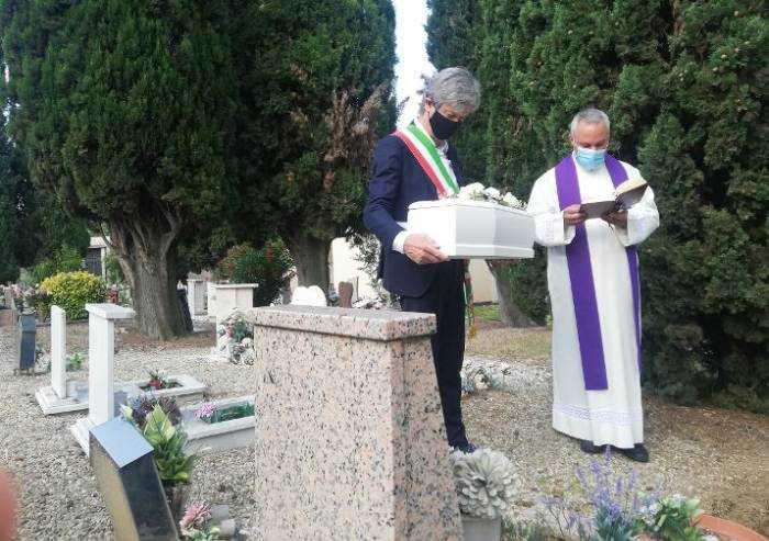 Fiorano: sepolta la piccola Angela, gettata 4 anni fa in un cassonetto