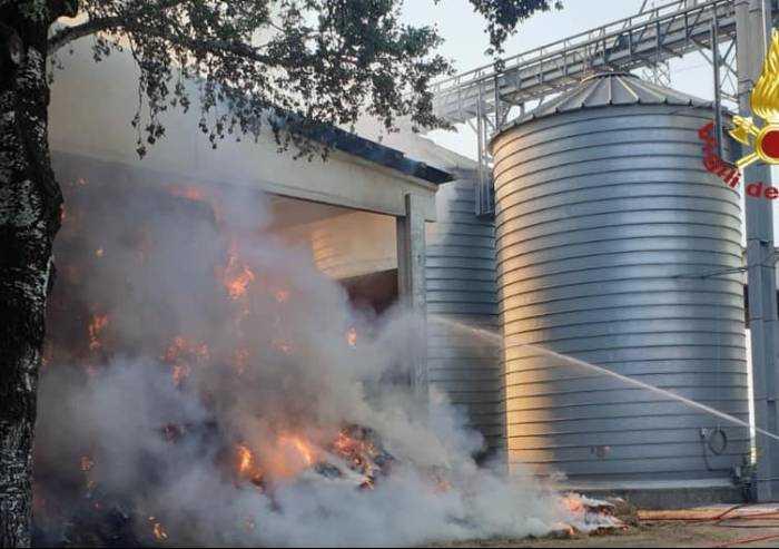 Modena, incendio alla Fattoria Hombre: in fiamme decine di rotoballe