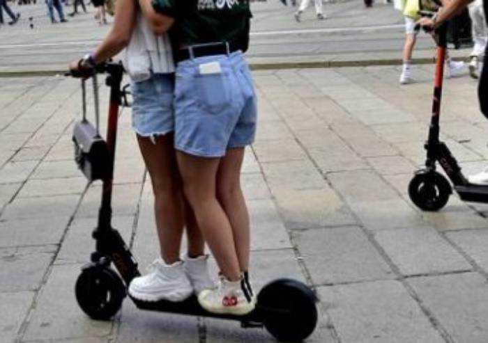In monopattino caricati e senza casco: sei minori multati