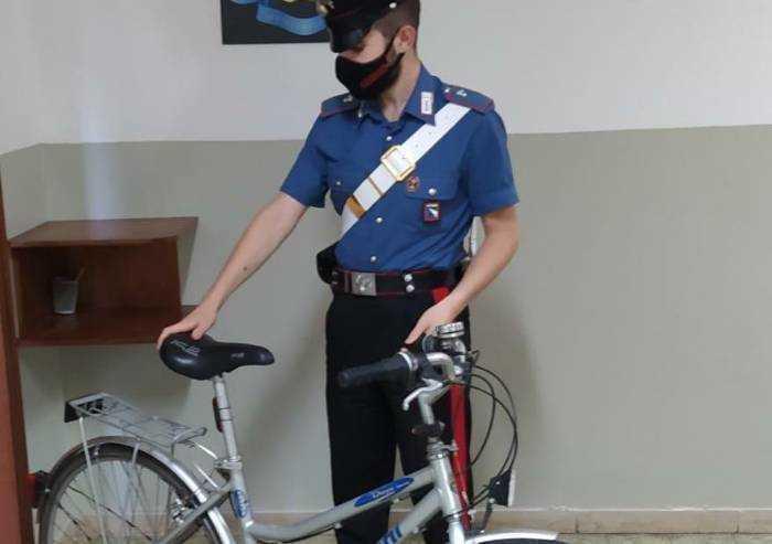 Si fa un selfie con la bicicletta appena rubata: preso