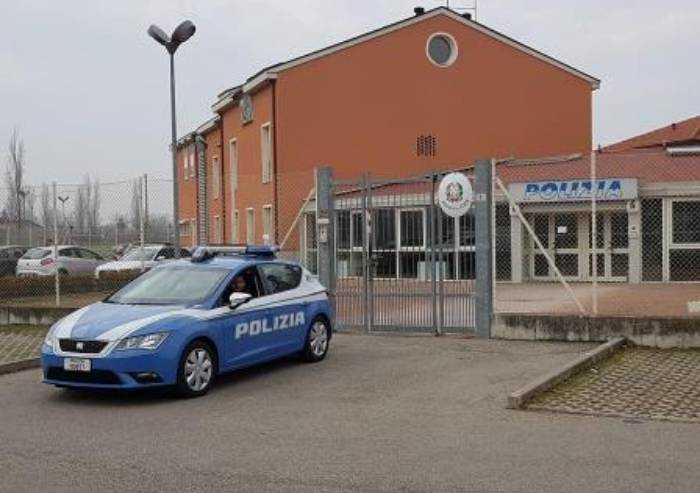 Carpi, rapinano negoziante con calci e pugni: denunciati 4 italiani