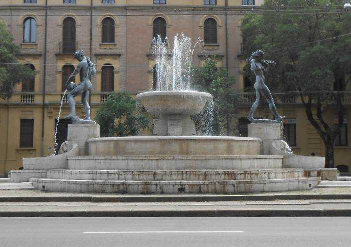 Il sindaco vestito in piscina e l'immigrato nudo nella fontana