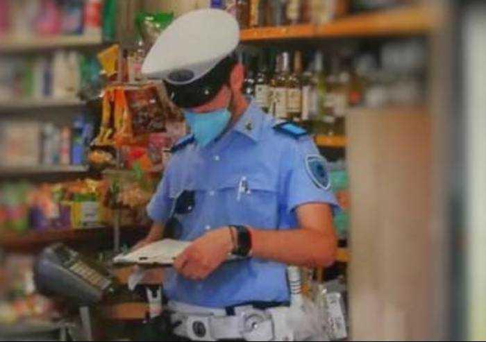 Modena: ubriaco non vuole pagare e minaccia negoziante con una catena