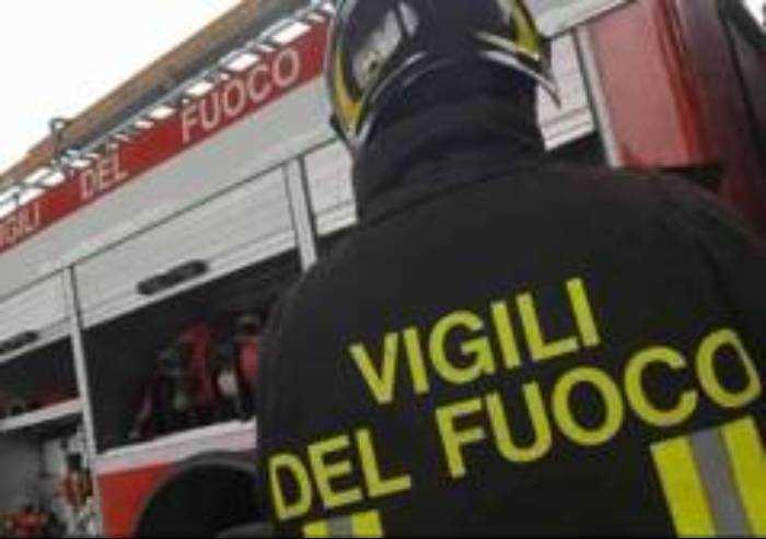 Modena: incendio nella notte in via Sgarzeria, grave 29enne