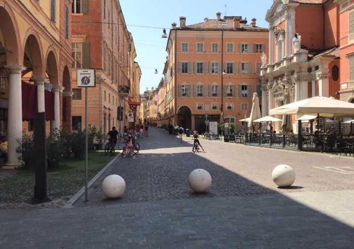 Il Sistema Modena, la morale a senso unico sui 600 euro e il profumo di libertà