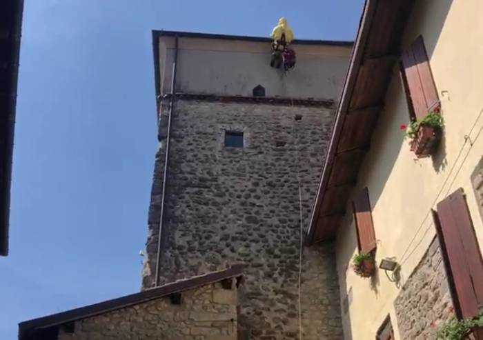 Vigile del Fuoco alpinista per recuperare nido di calabroni