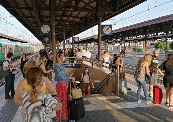 Discoteche chiuse e treni stipati: scontro tra ordinanze Stato-Regione