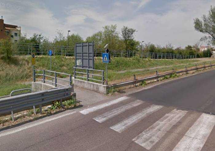 In via Morane si tomba il canale, cambia la circolazione