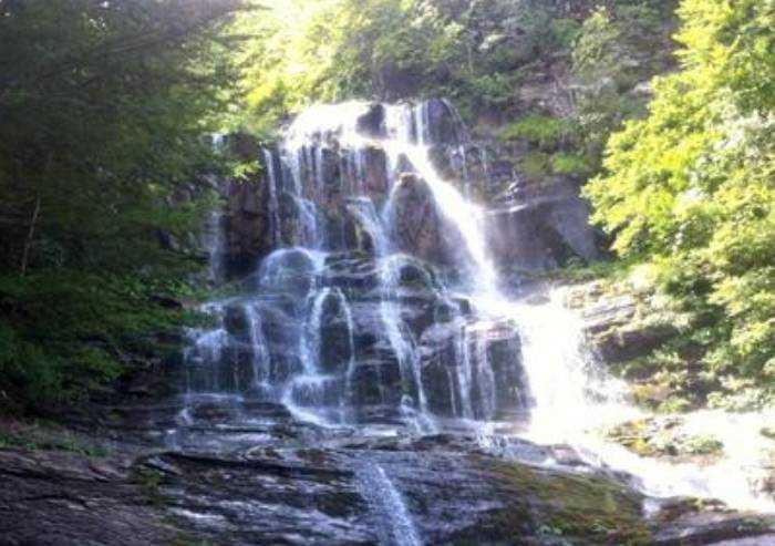 Fellicarolo, bimbo di 10 anni precipita nella cascata per 20 metri