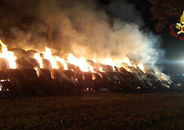 Altra notte di fuoco: incendio rotoballe anche a Castelfranco