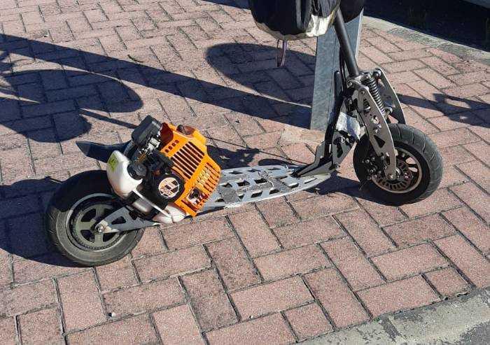 Vignola: monta il motore del decespugliatore sul monopattino, multato