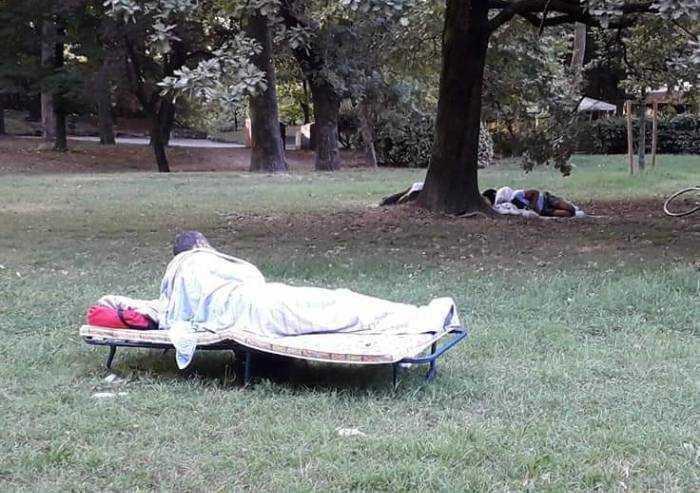 Modena, risveglio al parco, tra letti al fresco e chi un letto non ce l'ha