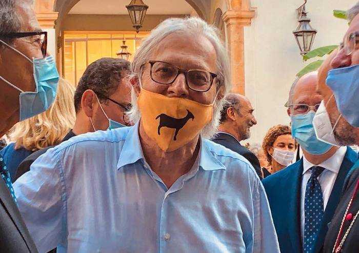 Il sindaco Sgarbi ordina: 'Multe a chi mette mascherina senza motivo'