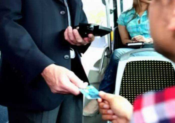 Aggredisce controllore che gli chiede biglietto: denunciato