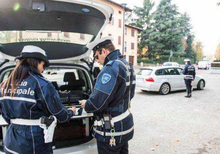 Investe due anziane e fugge: denunciata dalla Polizia Locale