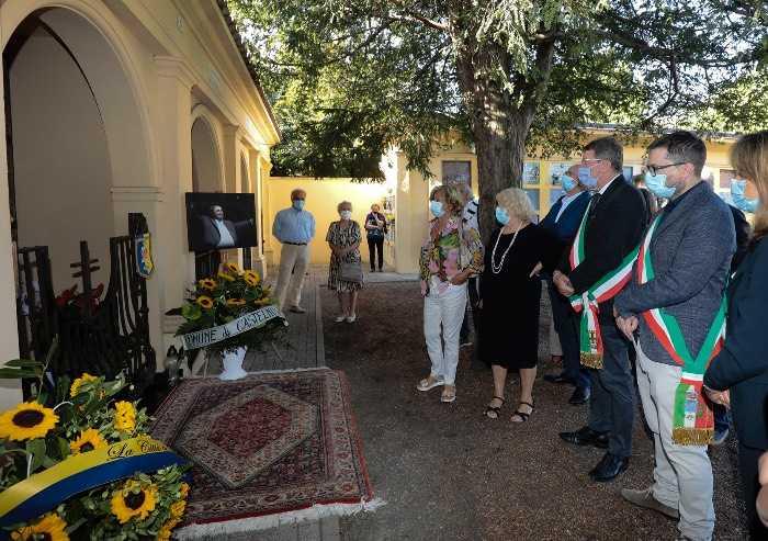 Anniversario morte Pavarotti, fiori sulla tomba del Maestro