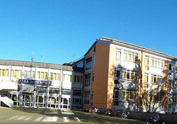Modena, catena umana davanti a scuola: 'Giù le mani dal Barozzi'