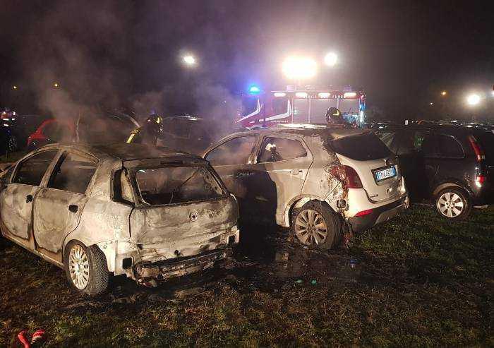 Fiamme nel parcheggio della Festa dell'Unità: tre auto distrutte