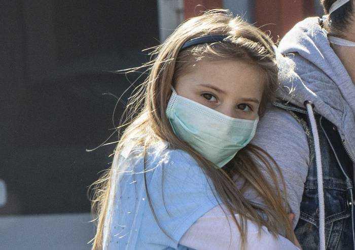 Studenti Modena, ma non doveva essere la scuola a fornire mascherine?