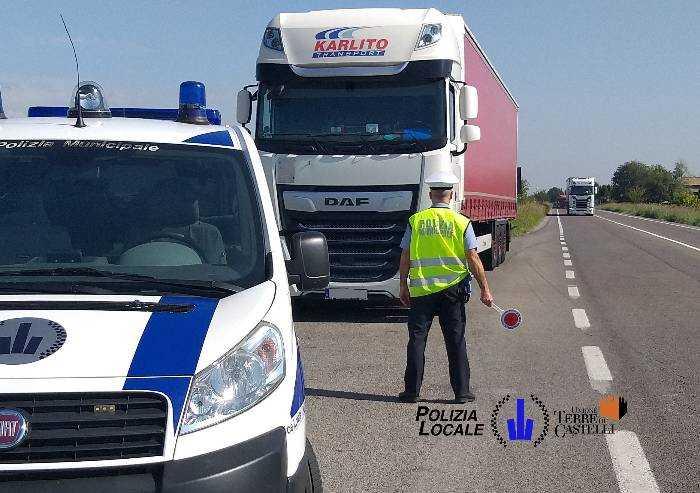 Camionista fermato: 9 irregolarità su unico mezzo, multa da 8000 euro
