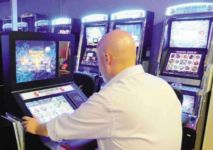 'Dpcm Covid, feste fino a 6 persone: ma le sale bingo restano aperte'
