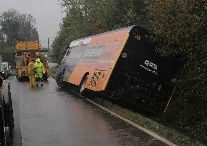 Bus esce di strada, 3 bambini estratti da un poliziotto