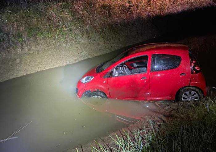 Carpi, sprofonda nel canale con l'auto: salvata dai carabinieri