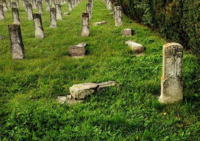 Modena, cimitero San Cataldo: l'incuria fa crollare lapidi dei Caduti