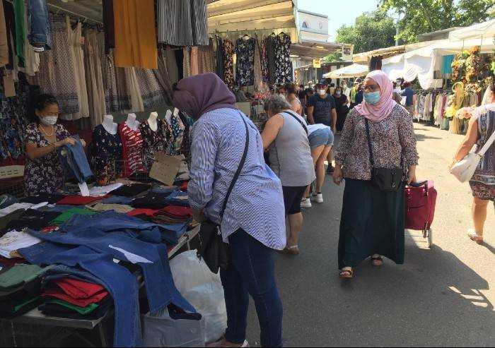 Modena, mercato Novi Sad: tre multe agli ambulanti per assembramento
