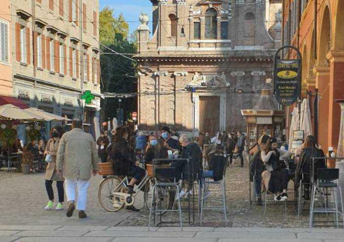 Modena, tavolini selvaggi in centro: bus costretti allo slalom