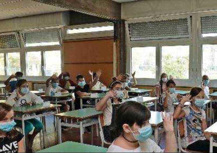 Che senso ha fare tampone agli studenti che in attesa vanno a scuola?